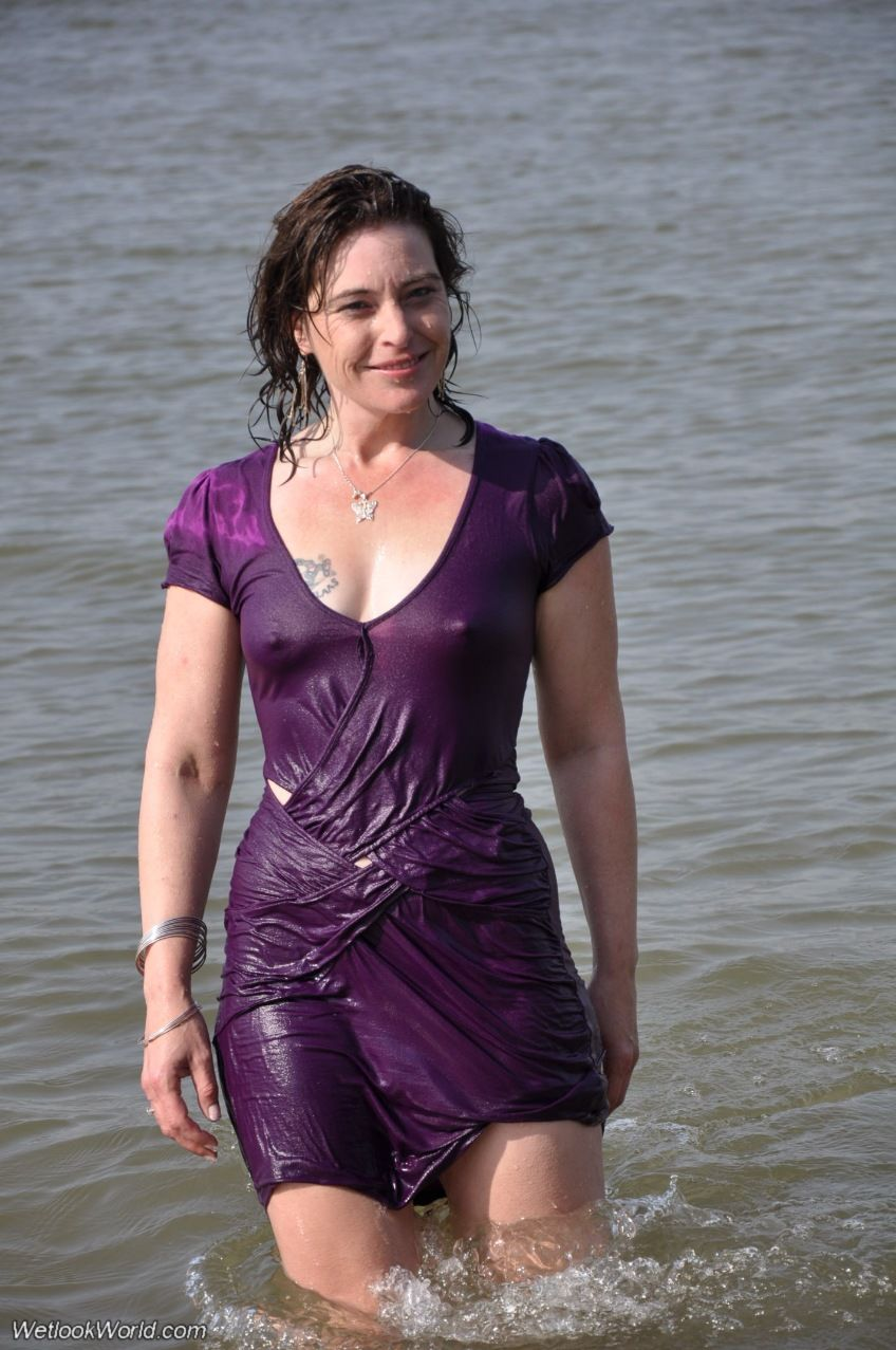 【海外エロ画像】ノーブラが基本なので…外人さんの見えても平気な濡れ透け乳首www 01