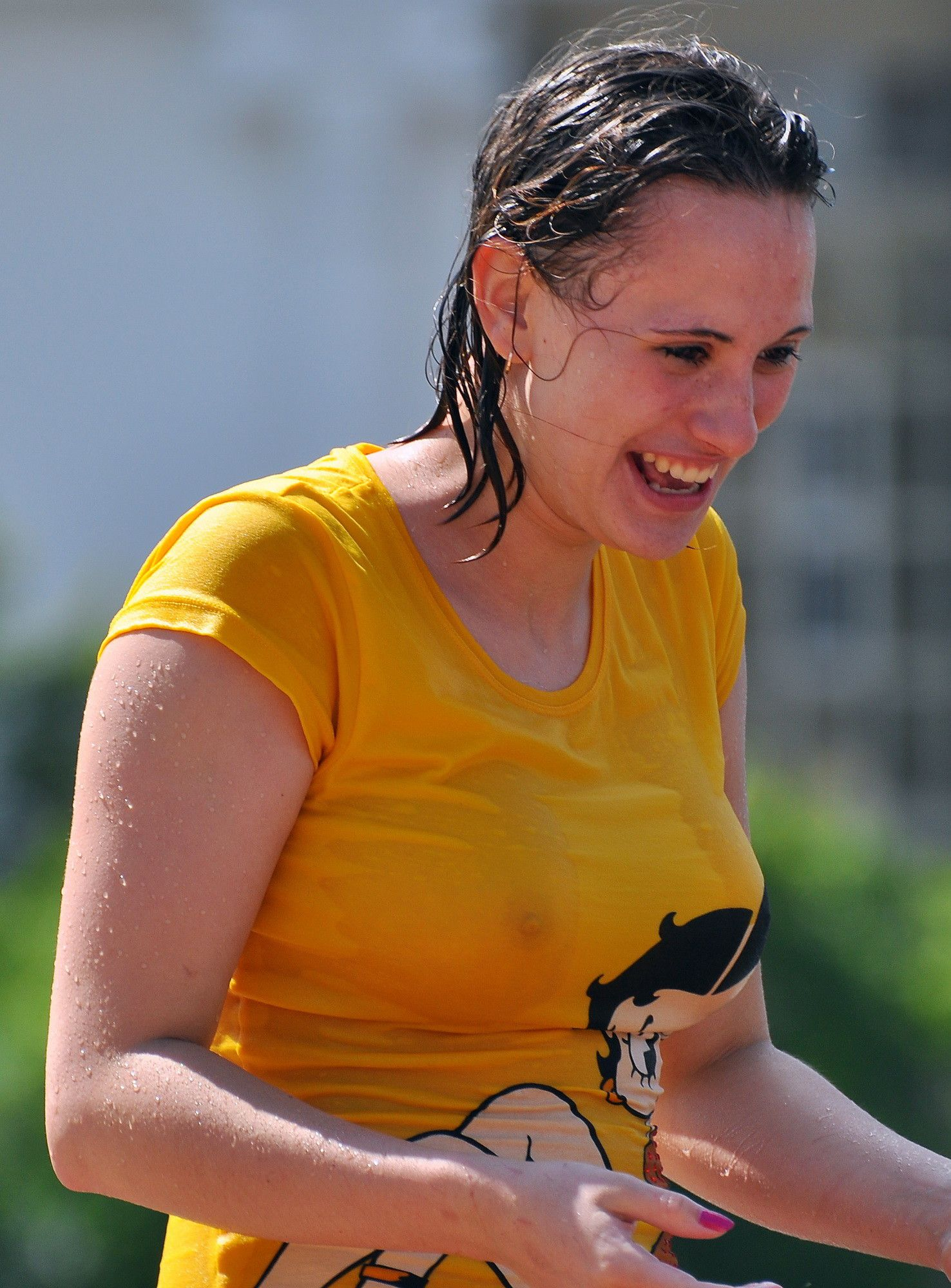【海外エロ画像】ノーブラが基本なので…外人さんの見えても平気な濡れ透け乳首www 18