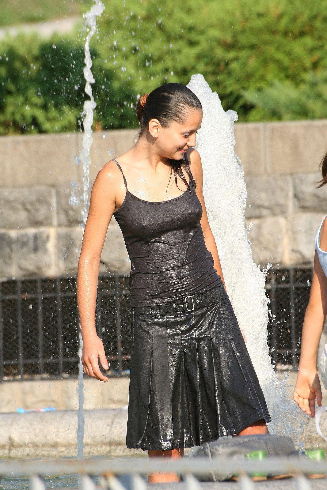 【海外エロ画像】ノーブラが基本なので…外人さんの見えても平気な濡れ透け乳首www 19