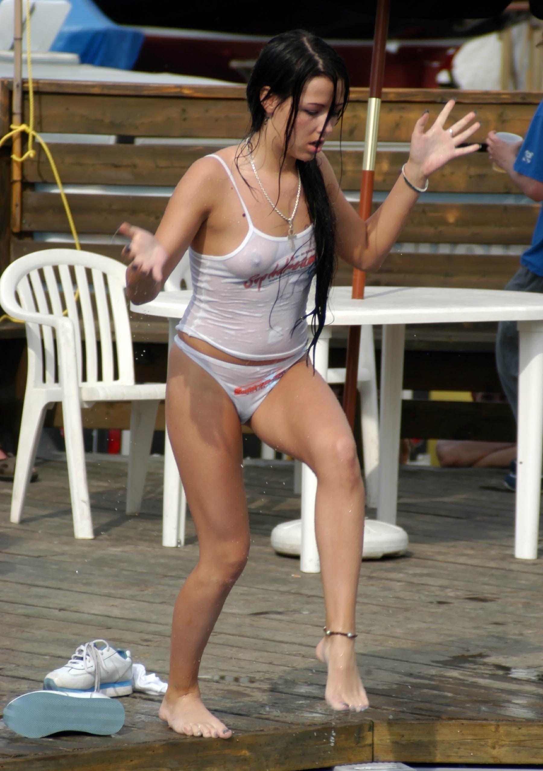 【海外エロ画像】ノーブラが基本なので…外人さんの見えても平気な濡れ透け乳首www 27