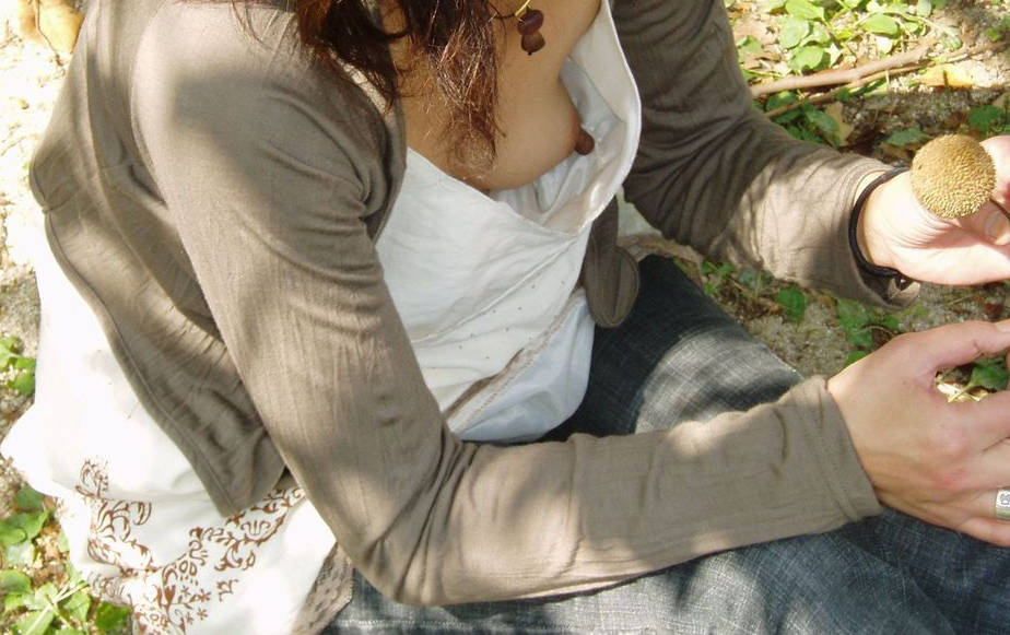 【胸チラエロ画像】緩んでくれさえすれば…覗いて興奮の胸元チラ見えwww 18