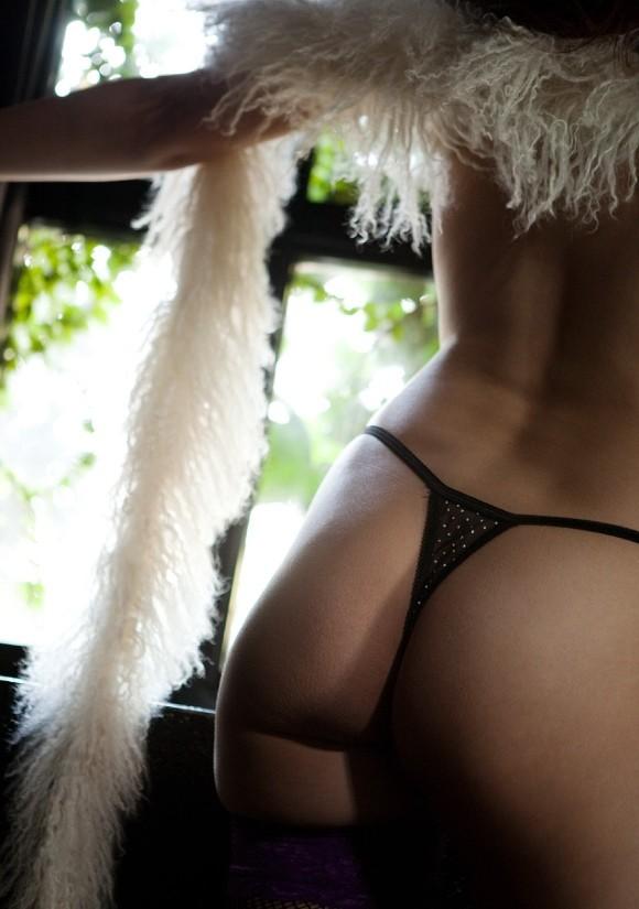 【美尻エロ画像】ケツ穴が隠せない!肝心な部分が極細でハミ出し上等のTバック美尻www 11