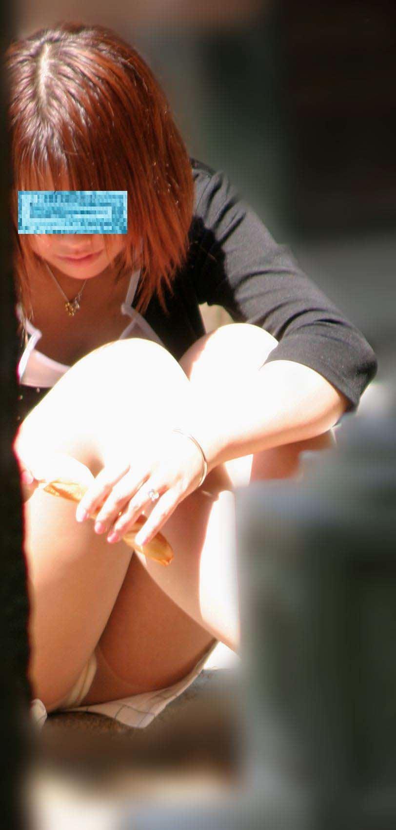 【パンチラエロ画像】地べた女子多数w花見のシーズンに期待の座りチラ女子www 02
