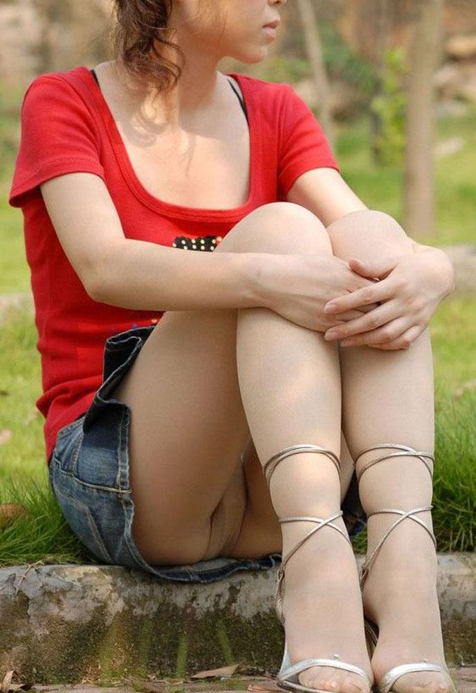 【パンチラエロ画像】地べた女子多数w花見のシーズンに期待の座りチラ女子www 07