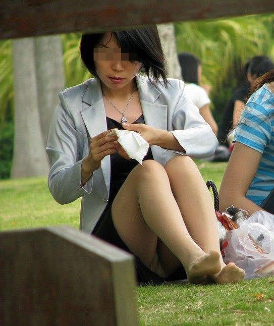 【パンチラエロ画像】地べた女子多数w花見のシーズンに期待の座りチラ女子www 10
