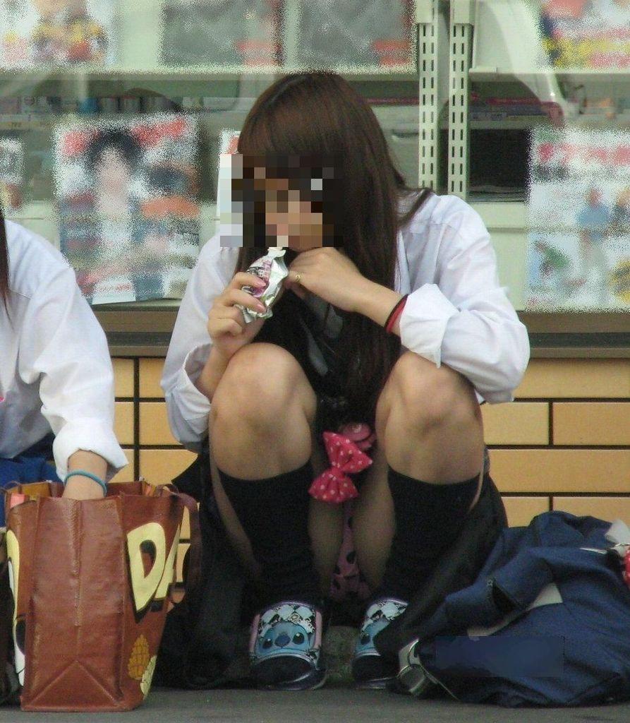 【パンチラエロ画像】地べた女子多数w花見のシーズンに期待の座りチラ女子www 16