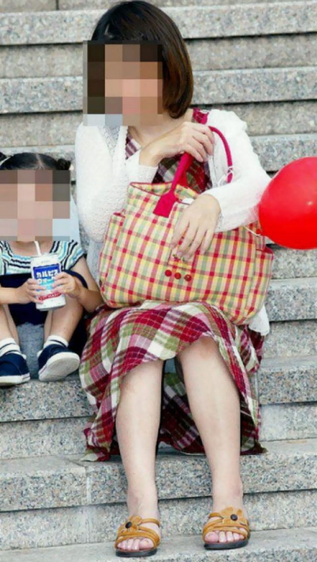【パンチラエロ画像】地べた女子多数w花見のシーズンに期待の座りチラ女子www 17