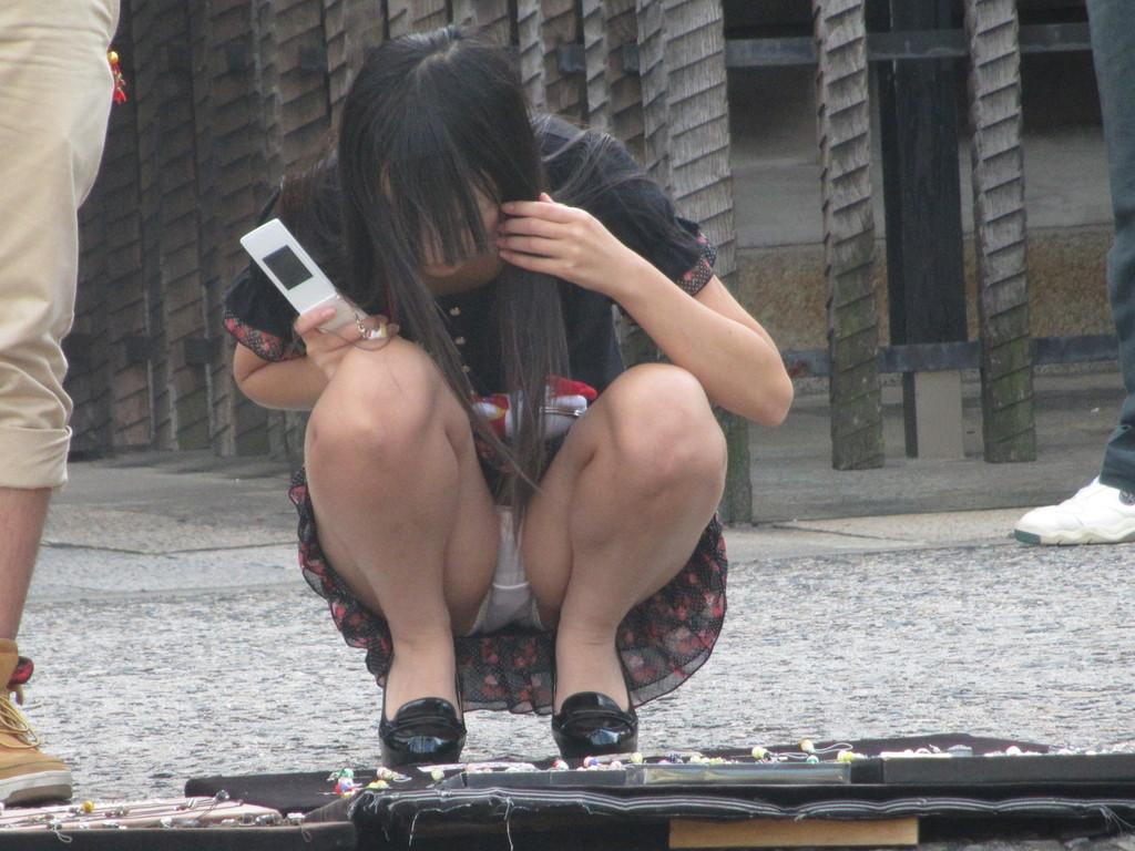 【パンチラエロ画像】地べた女子多数w花見のシーズンに期待の座りチラ女子www 19