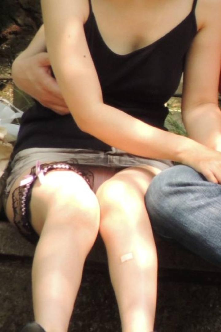 【パンチラエロ画像】地べた女子多数w花見のシーズンに期待の座りチラ女子www 22