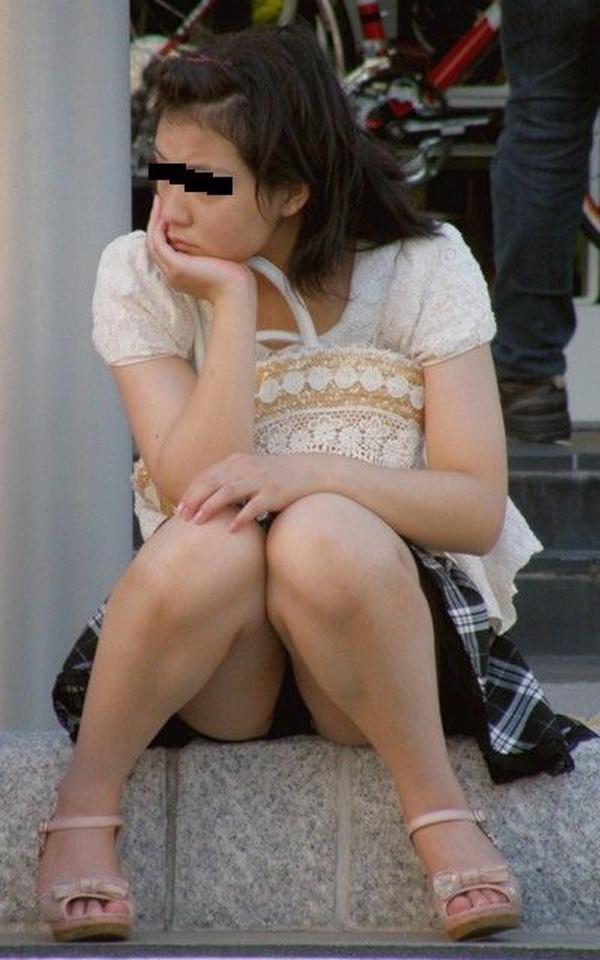 【パンチラエロ画像】地べた女子多数w花見のシーズンに期待の座りチラ女子www 24