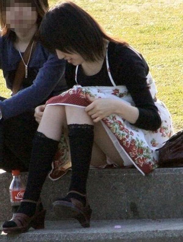 【パンチラエロ画像】地べた女子多数w花見のシーズンに期待の座りチラ女子www 26