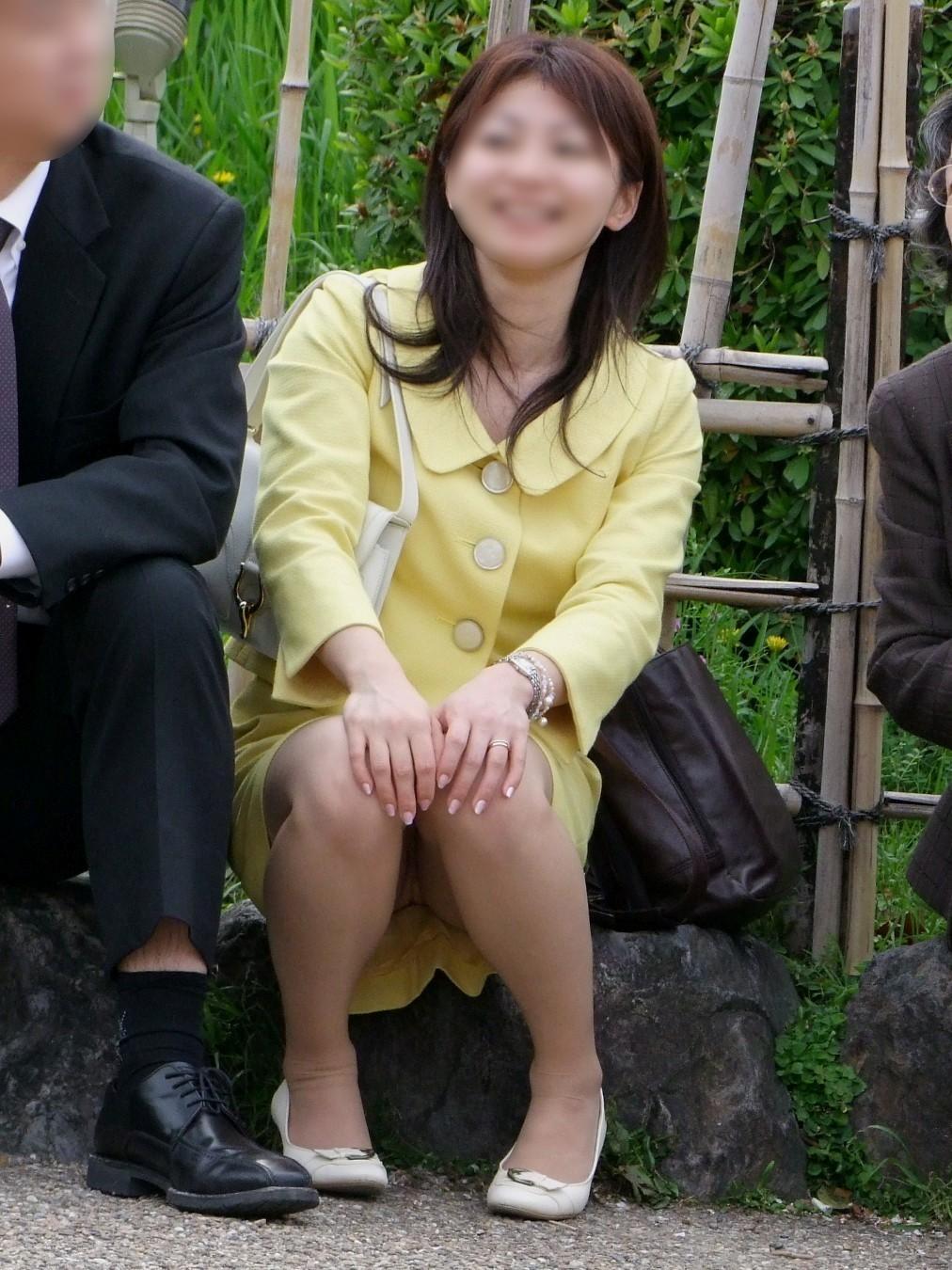 【パンチラエロ画像】地べた女子多数w花見のシーズンに期待の座りチラ女子www 27
