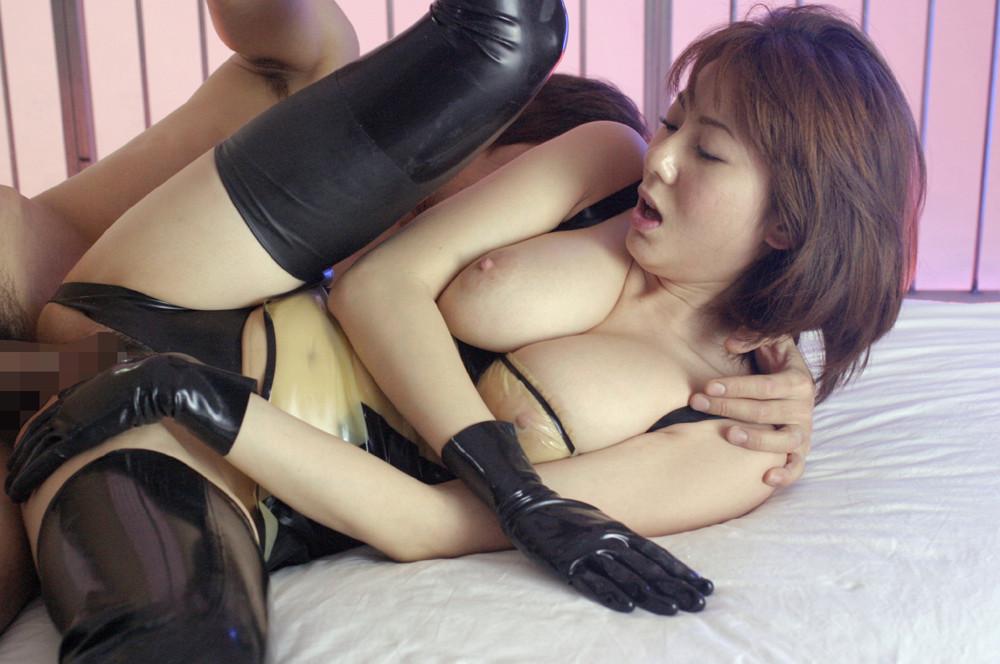 【性交エロ画像】普通の体位に飽きたら横向きw抉り込みが違う測位ファックwww 09