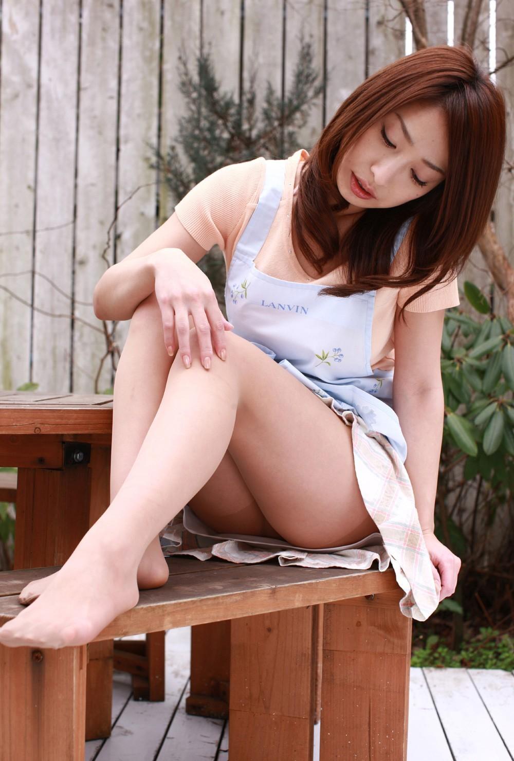 【チラリズムエロ画像】もっと脚を横に…絶妙に見えない体育座り美脚とお尻www 23