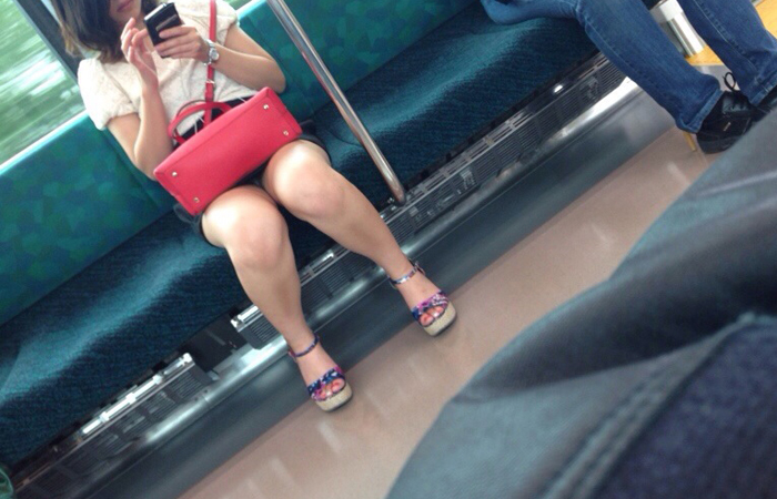 【パンチラエロ画像】長旅ほど見る時間も長いw電車内の丸見えパンチラ監視www 001