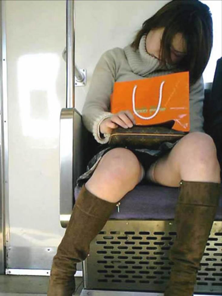 【パンチラエロ画像】長旅ほど見る時間も長いw電車内の丸見えパンチラ監視www 04