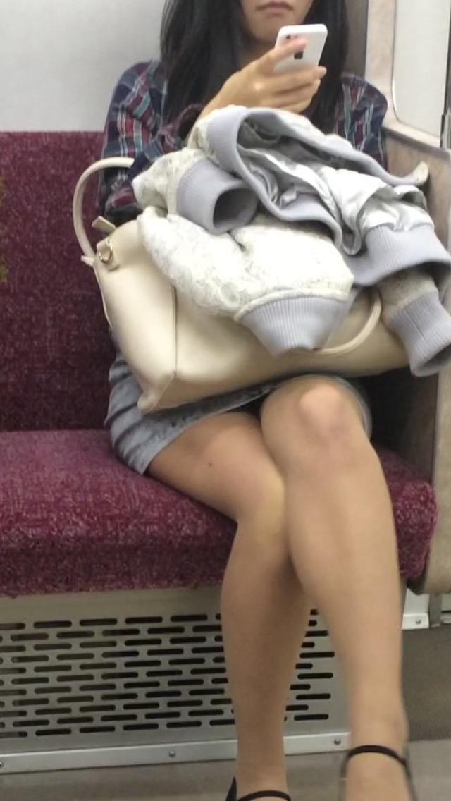 【パンチラエロ画像】長旅ほど見る時間も長いw電車内の丸見えパンチラ監視www 06