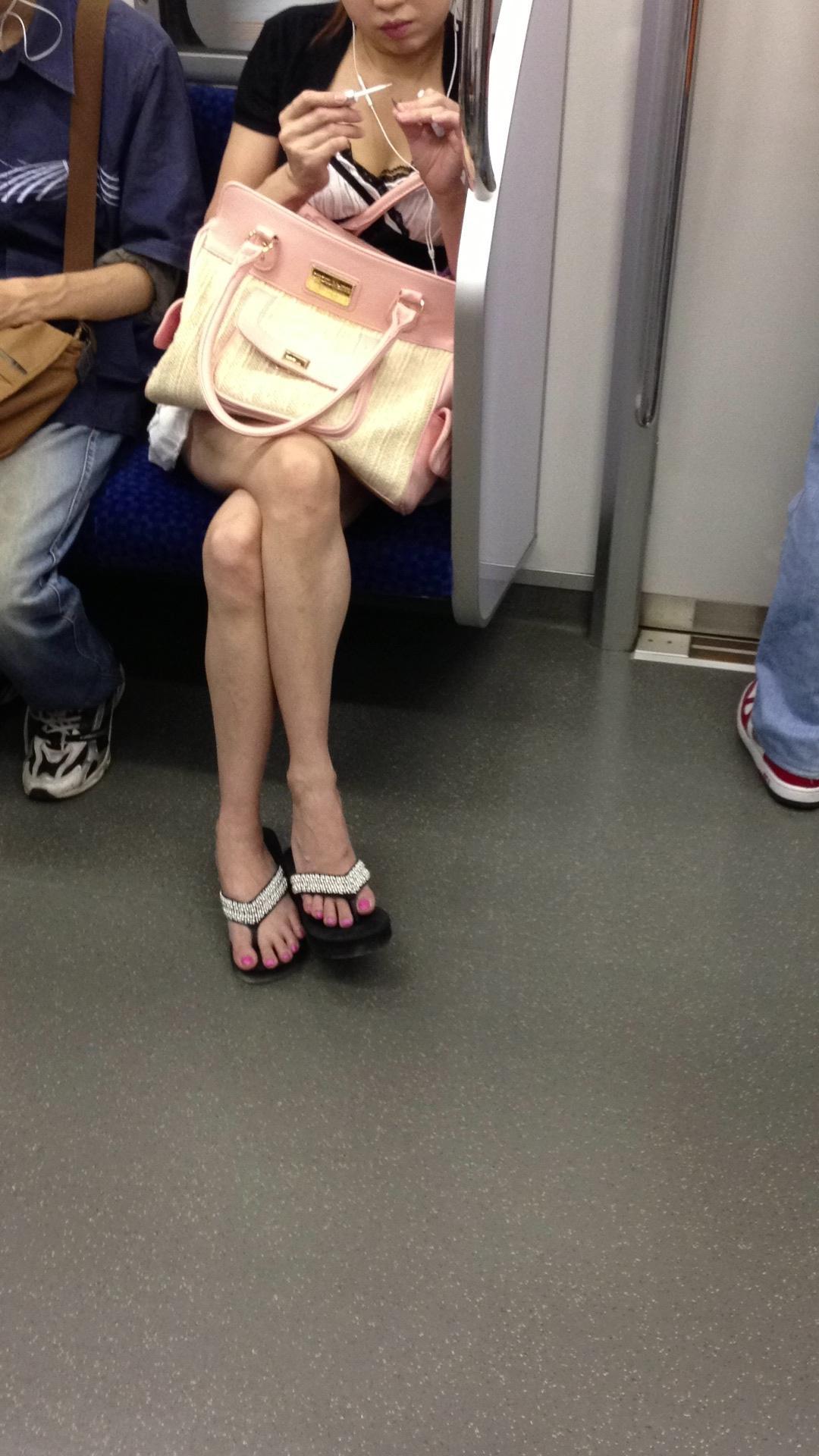 【パンチラエロ画像】長旅ほど見る時間も長いw電車内の丸見えパンチラ監視www 16