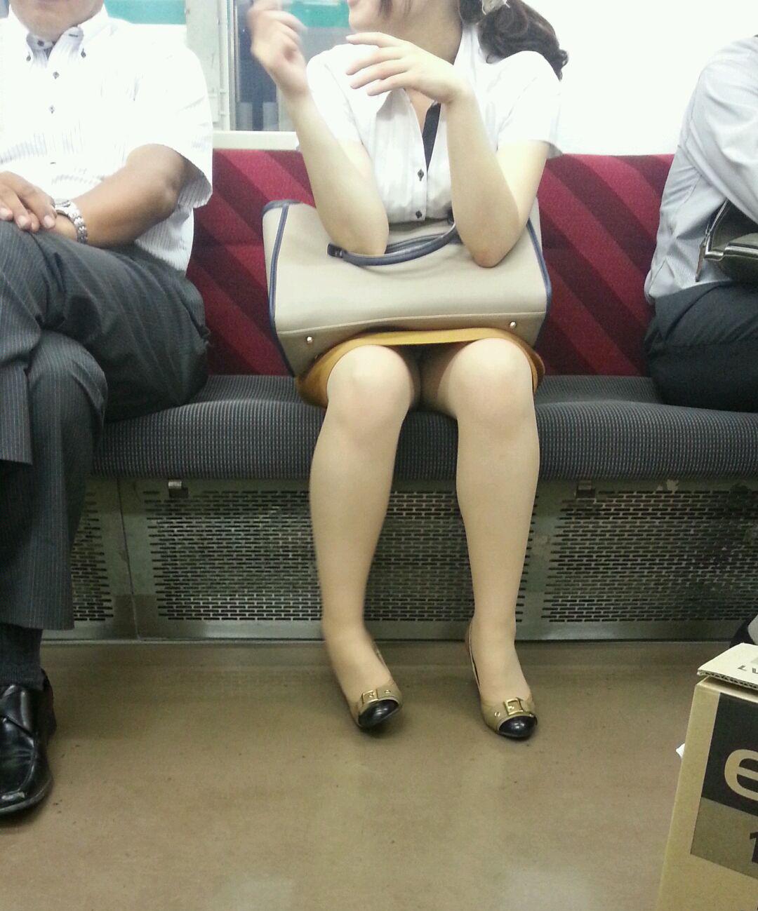 【パンチラエロ画像】長旅ほど見る時間も長いw電車内の丸見えパンチラ監視www 20