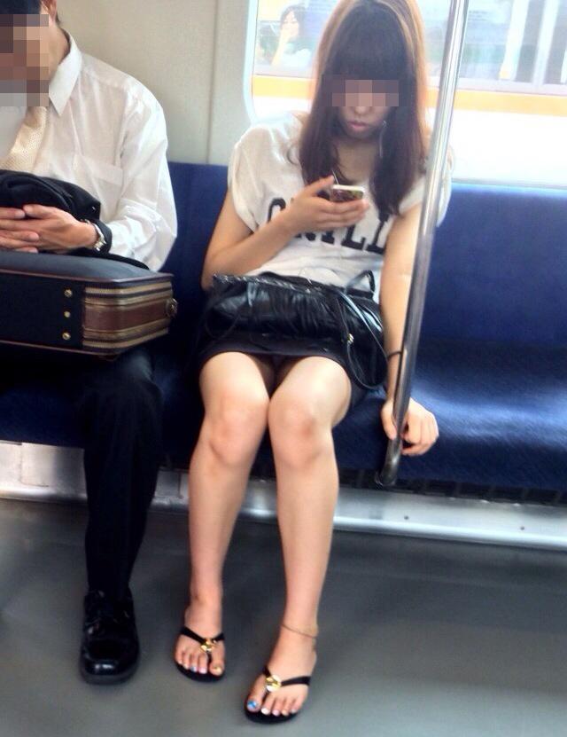 【パンチラエロ画像】長旅ほど見る時間も長いw電車内の丸見えパンチラ監視www 22