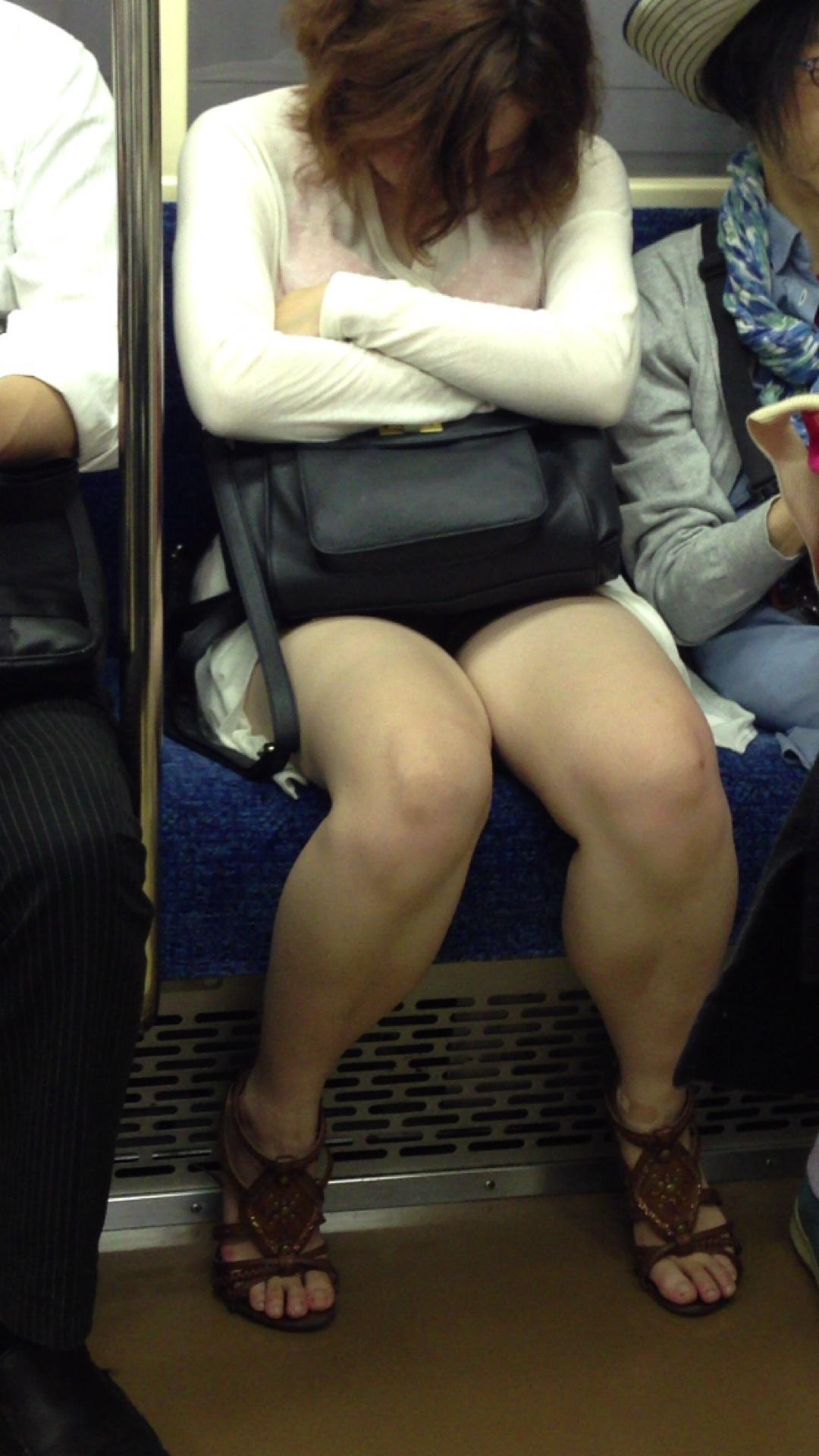 【パンチラエロ画像】長旅ほど見る時間も長いw電車内の丸見えパンチラ監視www 24