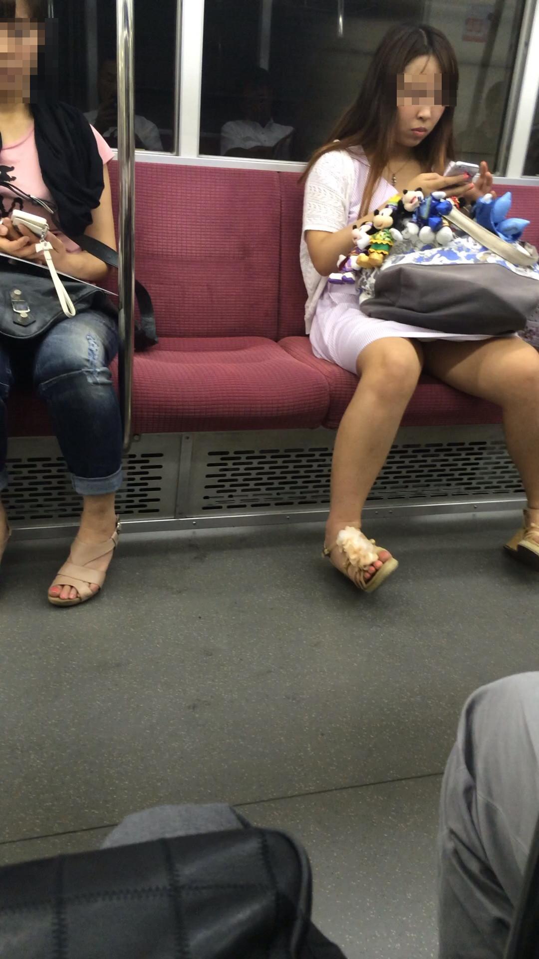 【パンチラエロ画像】長旅ほど見る時間も長いw電車内の丸見えパンチラ監視www 30