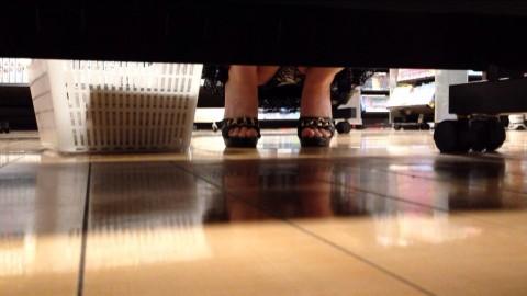 【パンチラエロ画像】下から丸見え!悠長に物色中の座り女子を棚越しに激写www 06