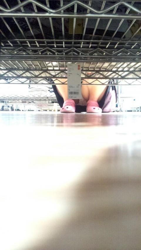 【パンチラエロ画像】下から丸見え!悠長に物色中の座り女子を棚越しに激写www 07
