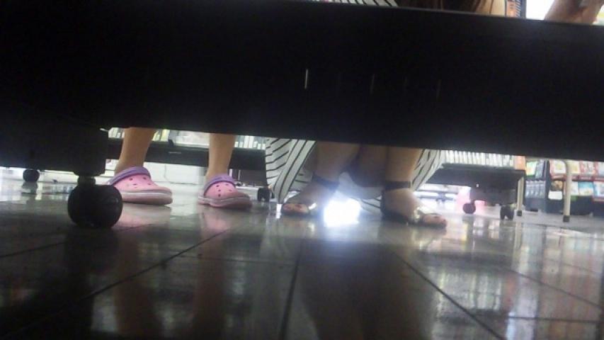 【パンチラエロ画像】下から丸見え!悠長に物色中の座り女子を棚越しに激写www 08