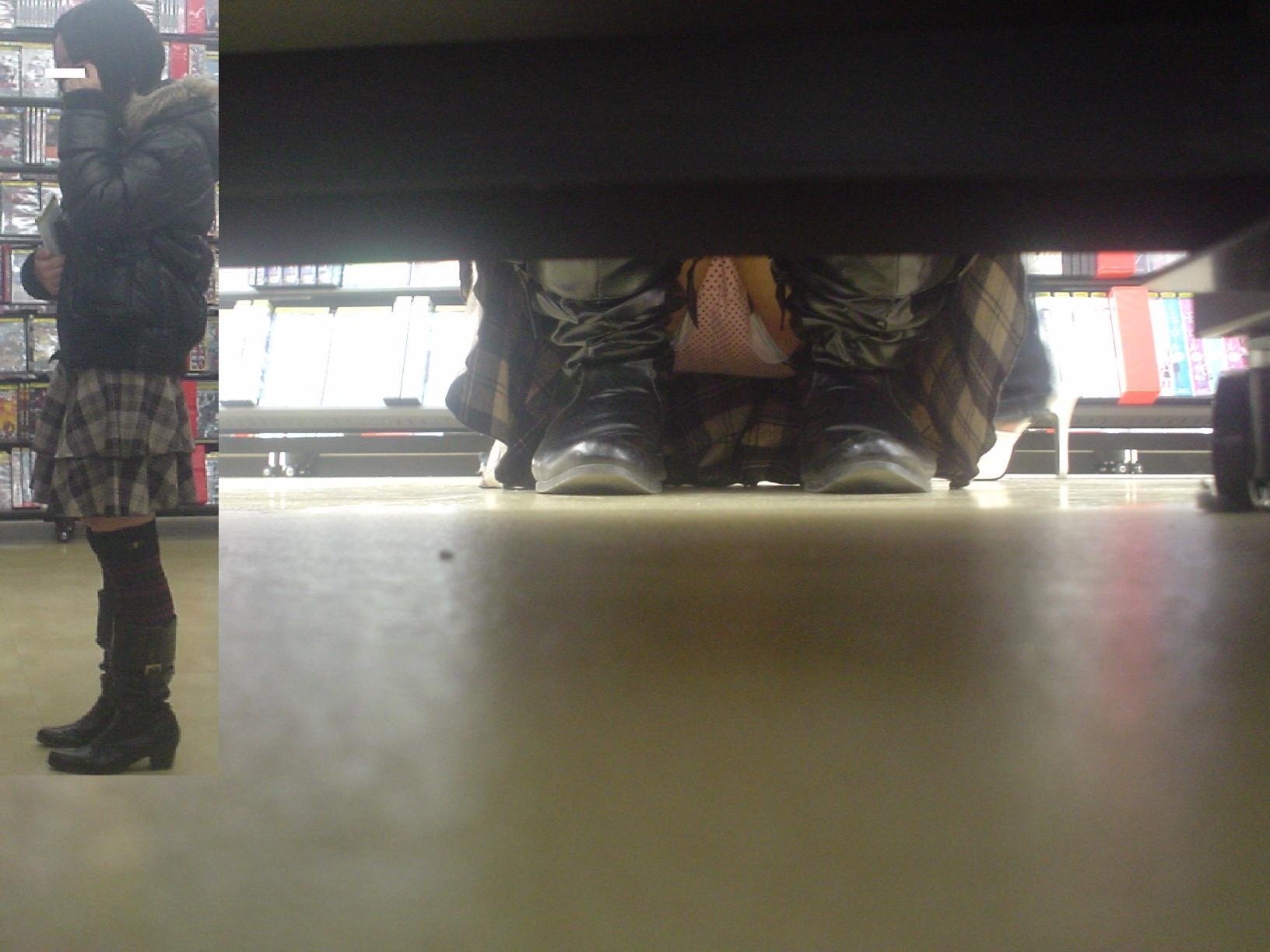 【パンチラエロ画像】下から丸見え!悠長に物色中の座り女子を棚越しに激写www 13