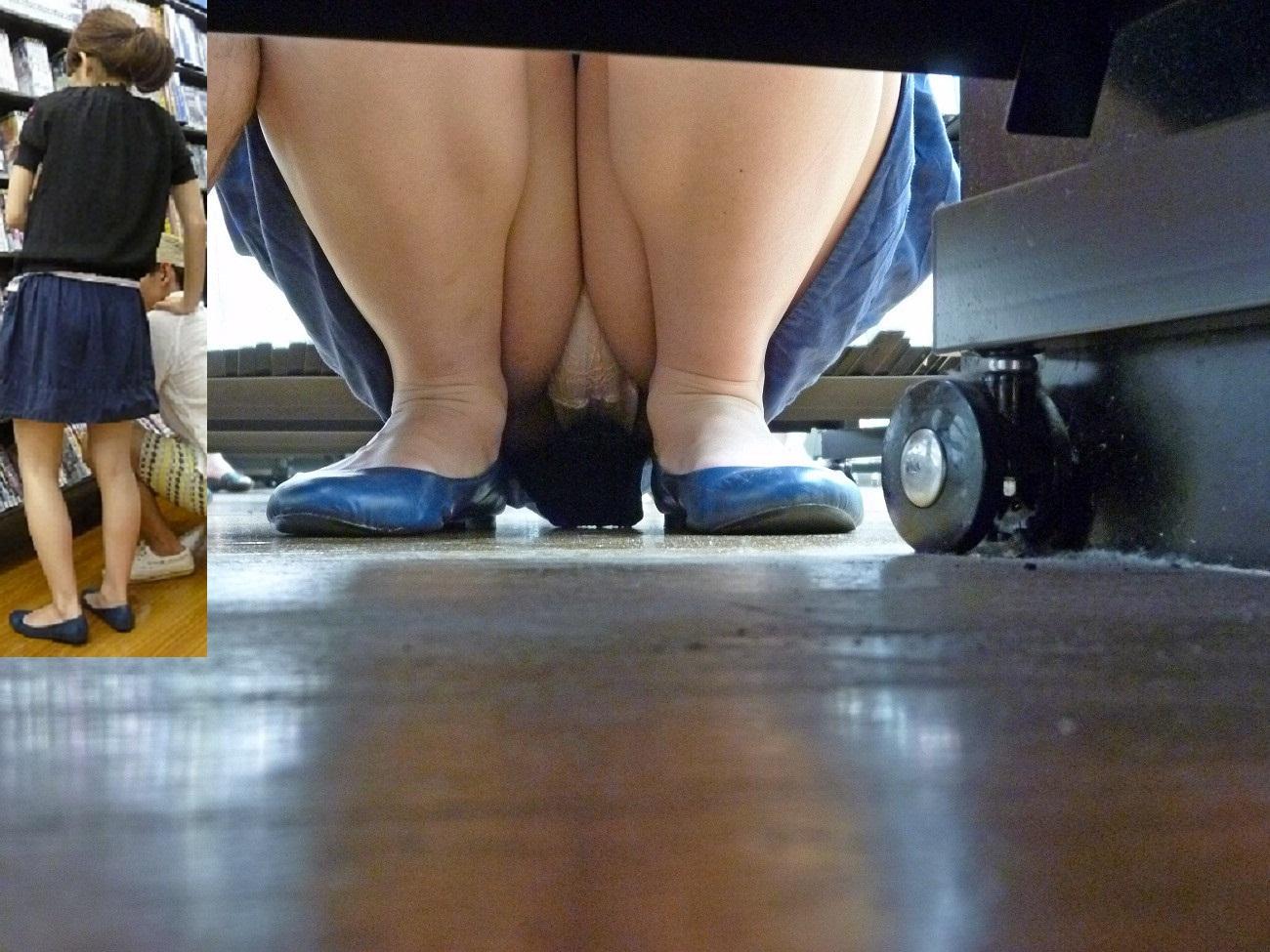 【パンチラエロ画像】下から丸見え!悠長に物色中の座り女子を棚越しに激写www 24