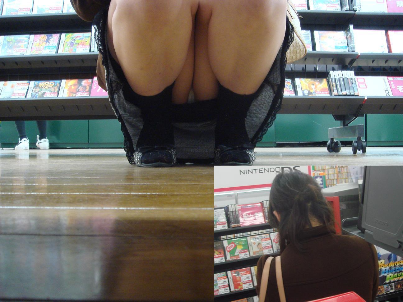 【パンチラエロ画像】下から丸見え!悠長に物色中の座り女子を棚越しに激写www 25