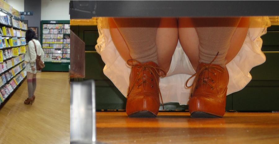 【パンチラエロ画像】下から丸見え!悠長に物色中の座り女子を棚越しに激写www 26