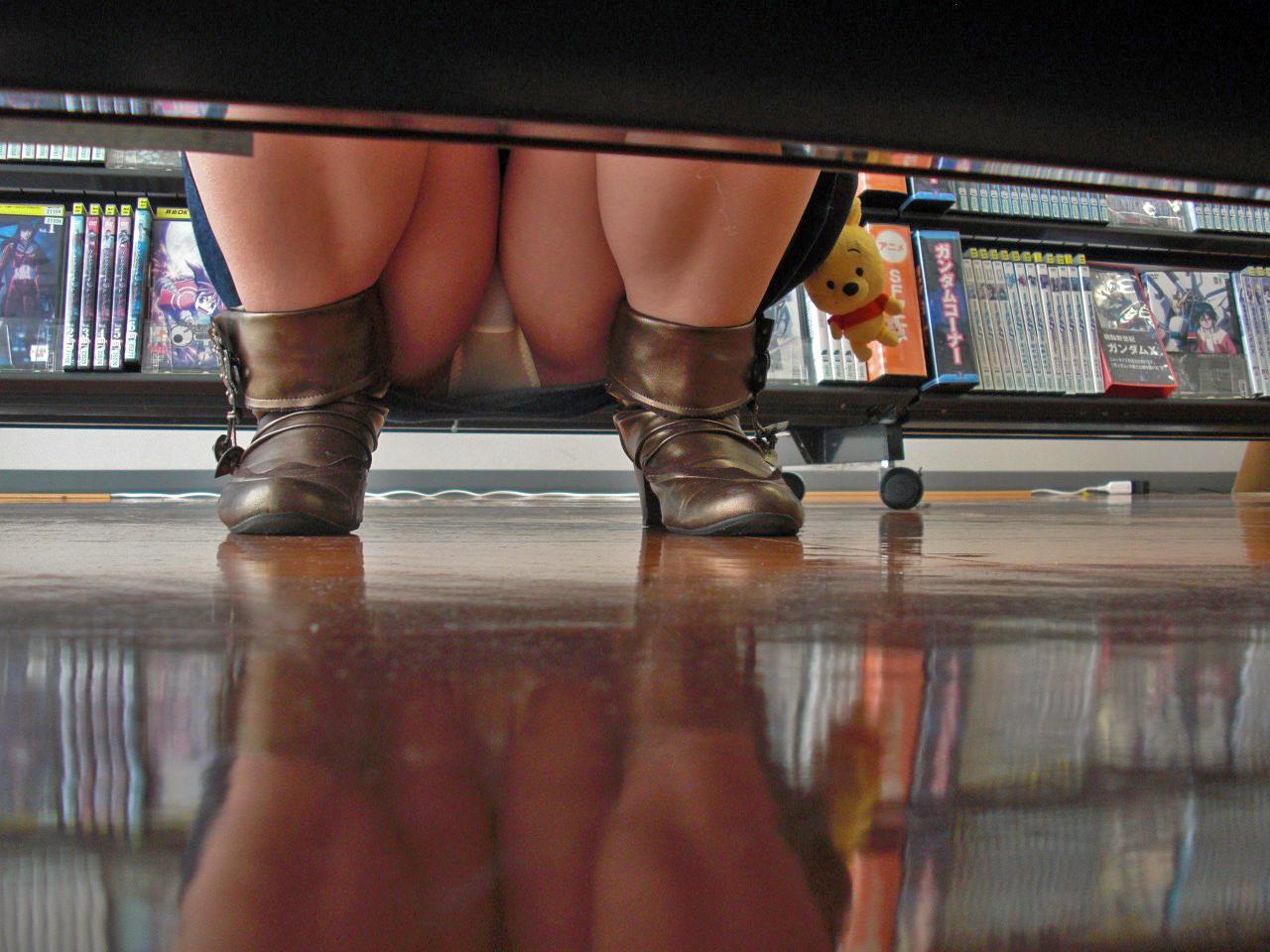 【パンチラエロ画像】下から丸見え!悠長に物色中の座り女子を棚越しに激写www 28