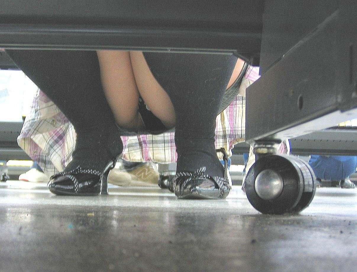 【パンチラエロ画像】下から丸見え!悠長に物色中の座り女子を棚越しに激写www 30