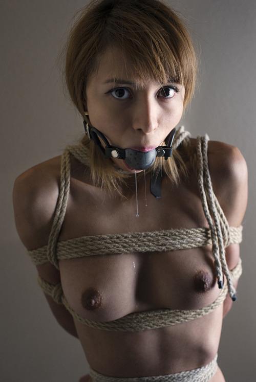 【SMエロ画像】涎は流れっ放しw発言できない不安が襲う口拘束www 15