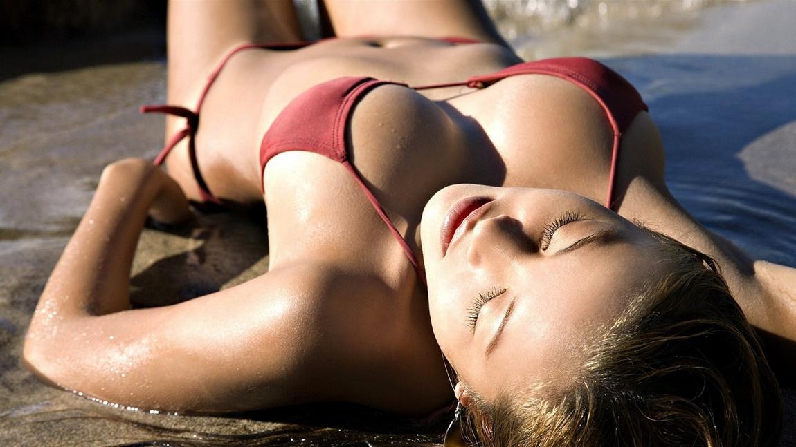 【水着エロ画像】文句なしに卑猥な絵面w仰向けビキニ美女の肉体自撮りwww 37
