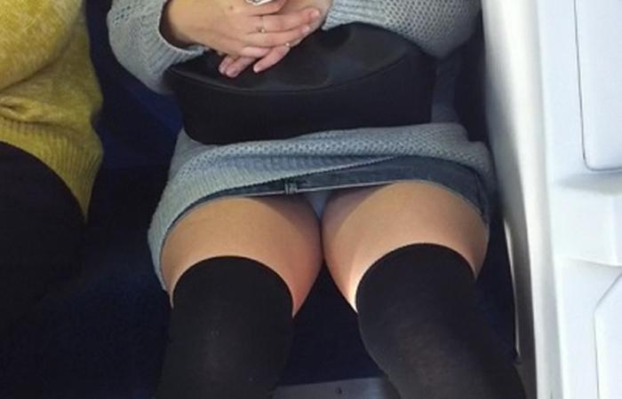 【パンチラエロ画像】通勤時に拝めたら今日はイイ事ありそう…電車内パンチラwww 001