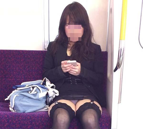 【パンチラエロ画像】通勤時に拝めたら今日はイイ事ありそう…電車内パンチラwww 03