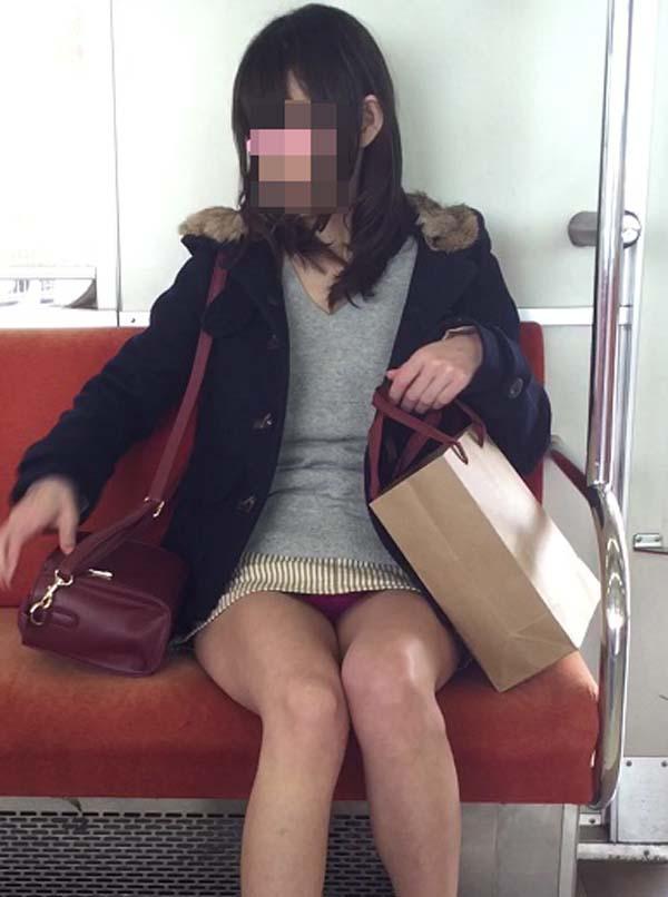 【パンチラエロ画像】通勤時に拝めたら今日はイイ事ありそう…電車内パンチラwww 06