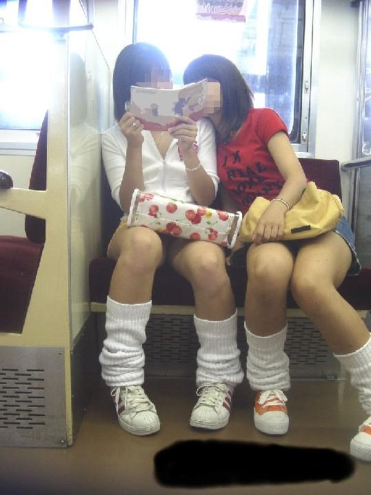 【パンチラエロ画像】通勤時に拝めたら今日はイイ事ありそう…電車内パンチラwww 12