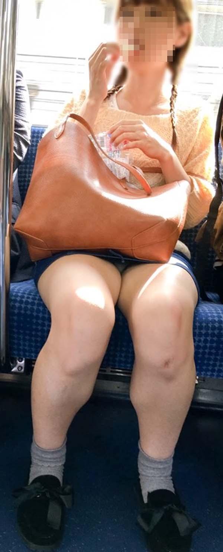 【パンチラエロ画像】通勤時に拝めたら今日はイイ事ありそう…電車内パンチラwww 13