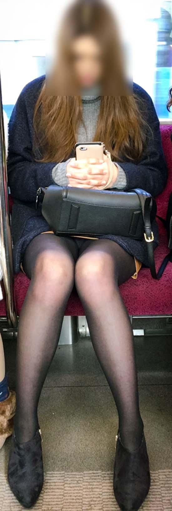 【パンチラエロ画像】通勤時に拝めたら今日はイイ事ありそう…電車内パンチラwww 14