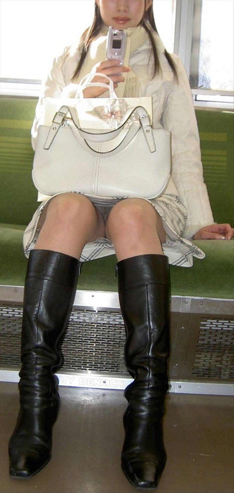 【パンチラエロ画像】通勤時に拝めたら今日はイイ事ありそう…電車内パンチラwww 26