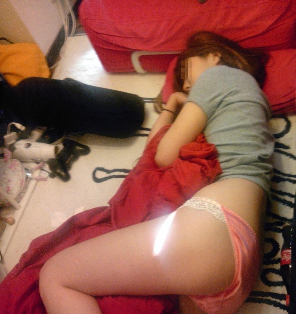 【美尻エロ画像】眠っているのが余計にそそる…夜這いされた女子の艶尻www 29