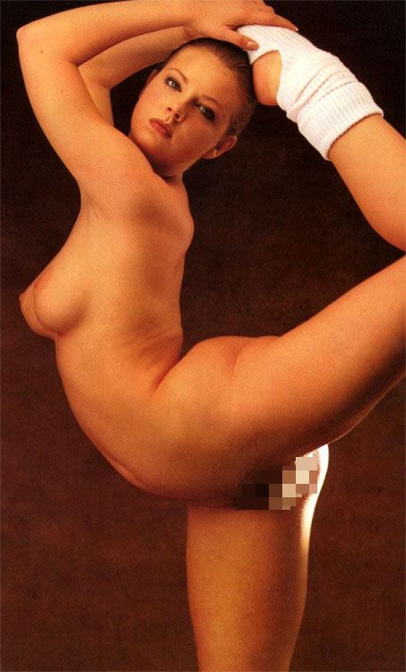 【軟体エロ画像】無理な体勢でワレメを主張w体位で試したい軟体ポーズwww 13