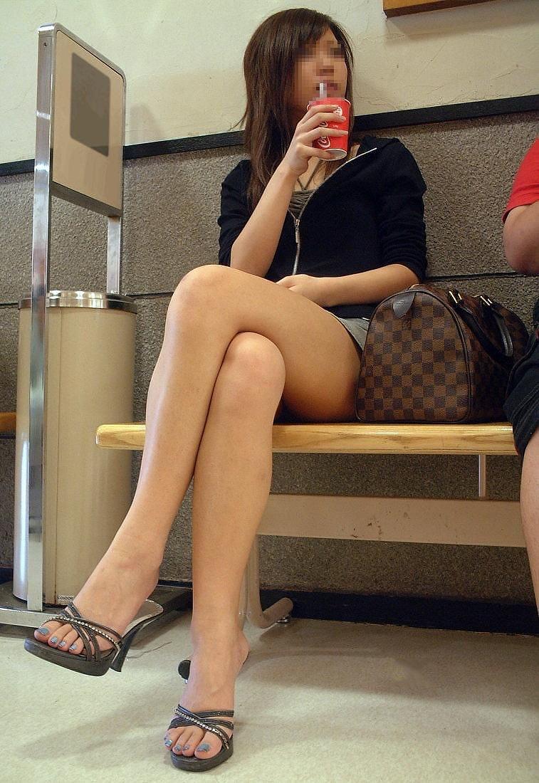 【美脚エロ画像】パンストも脱ぎ希望でw大人の女性も生がイイムッチリ美脚www 21