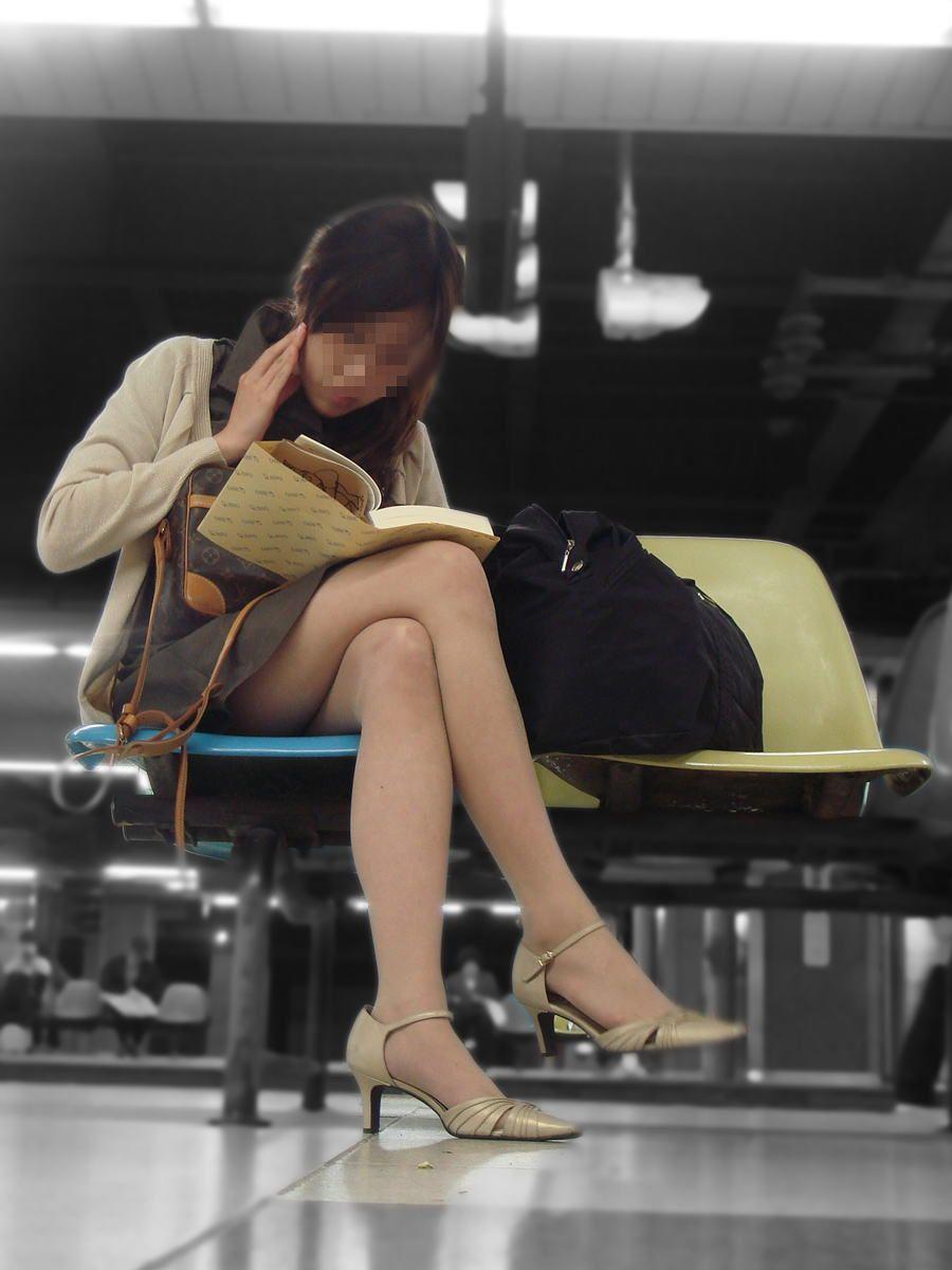 【美脚エロ画像】パンストも脱ぎ希望でw大人の女性も生がイイムッチリ美脚www 23