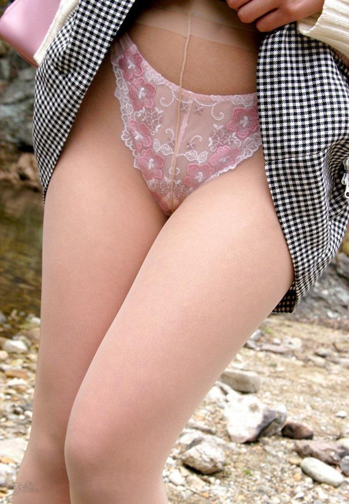 【パンモロエロ画像】対する答えはYESのみ!露骨に誘う美女のスカートたくし上げwww 08