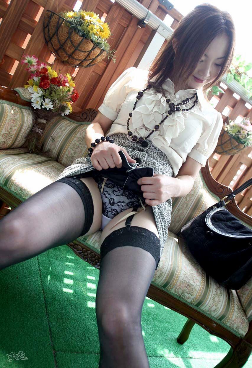 【パンモロエロ画像】対する答えはYESのみ!露骨に誘う美女のスカートたくし上げwww 09